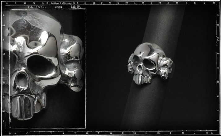Crazy piglet skull & cross bone ring