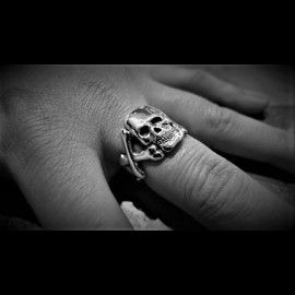 Flat skull & cross bones ring