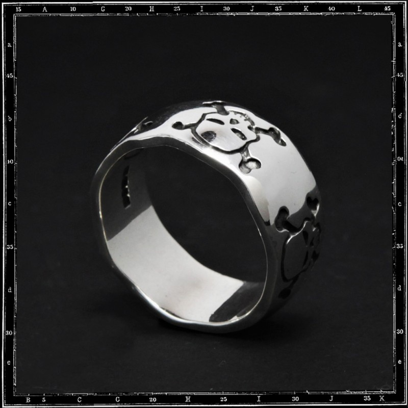 Five skulls & crossbones band ring