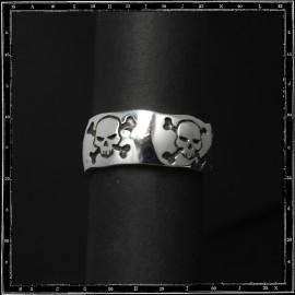 Five skulls & crossbone band ring