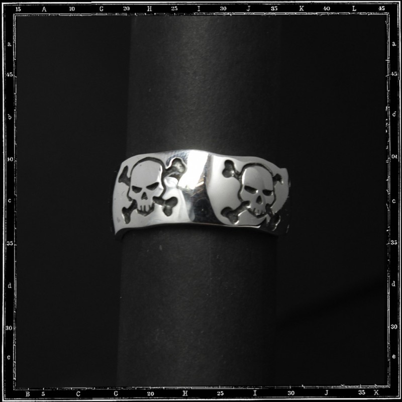 Five skulls & crossbone band ring