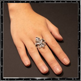 Heavy fleur de lys ring (curved top)